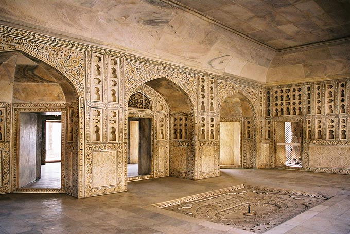 The spectacular Amber Fort features impressive Rajput artwork including fine mirror and stucco work and floral motifs delicately etched in marble.