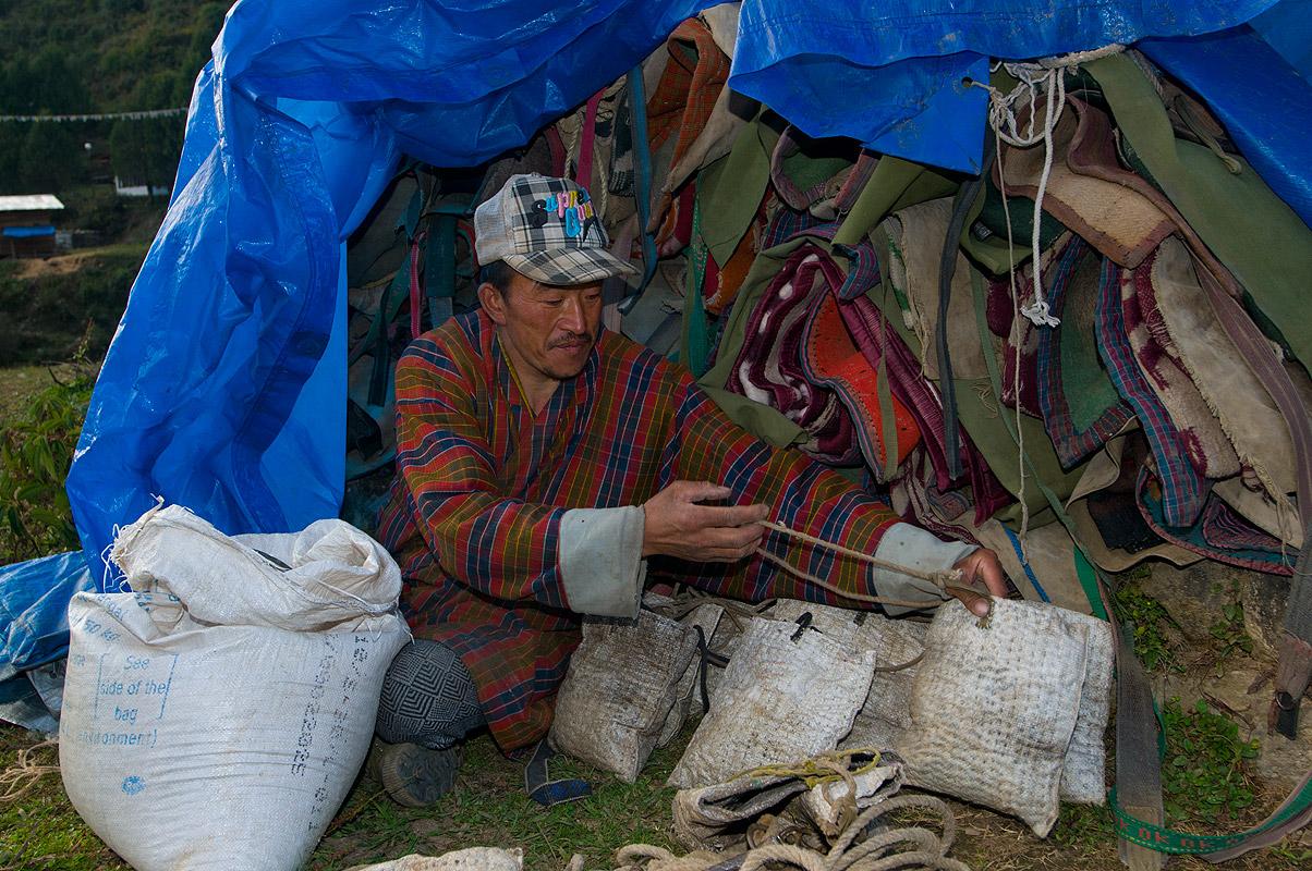 Camped at Laya village, preparing feed-bags for his horsesNikon D300, 17-35mm