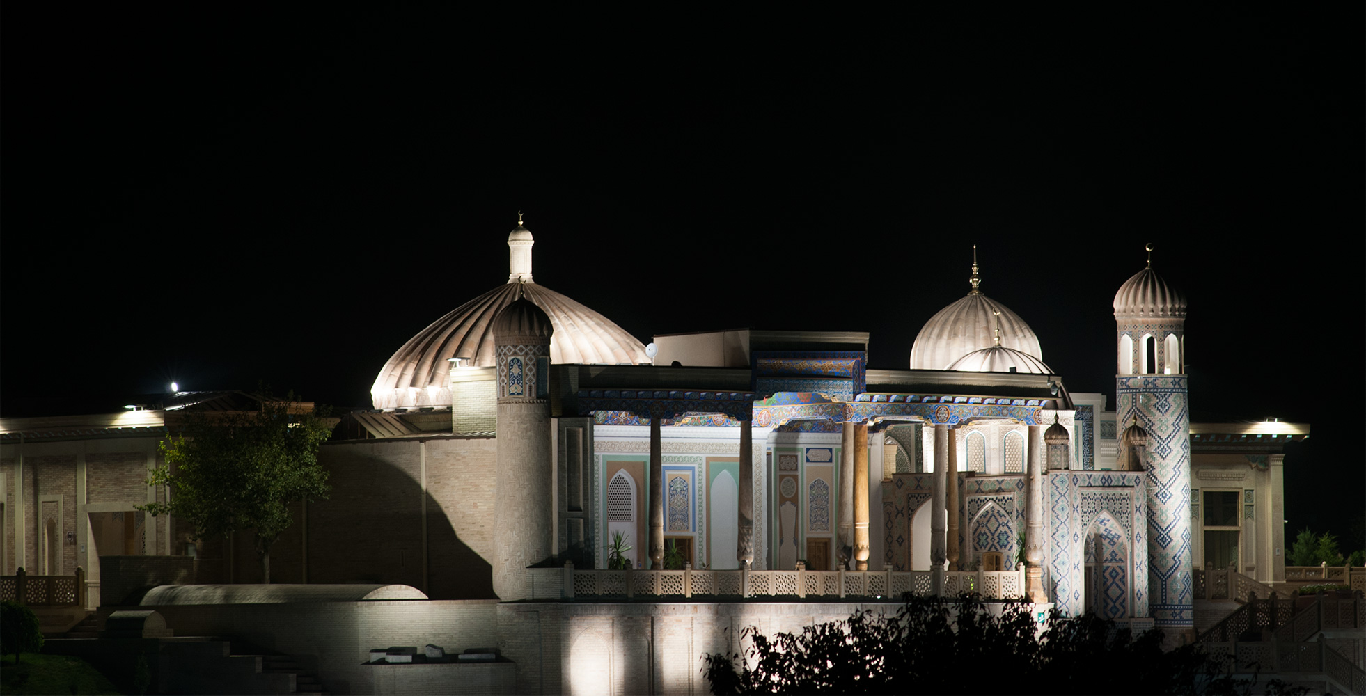 Floodlit at night. A telephoto from Bibi Khanum's mausolueum over a kilometre away. This current structure dates from the mid C19 and has been extensively renovated, especially after the burial of notorious Uzbek president Islam Karimov in the groundsNikon D300, 180mm