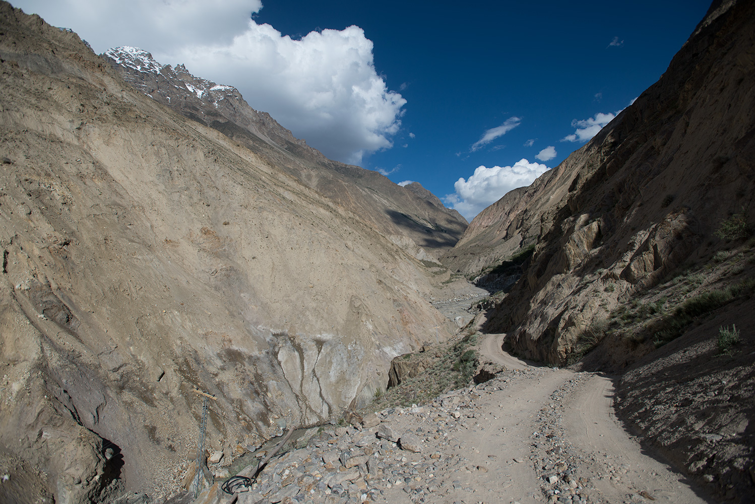The narrow jeep track through the Braldu gorge