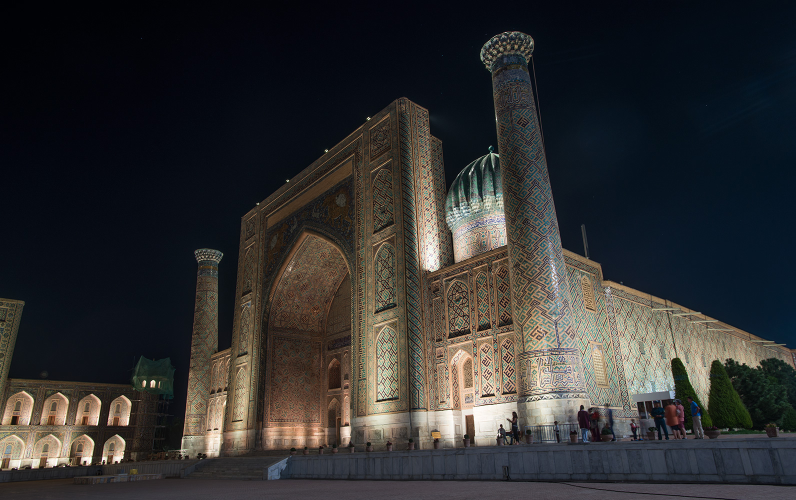 Shir Dor Madrassah at night