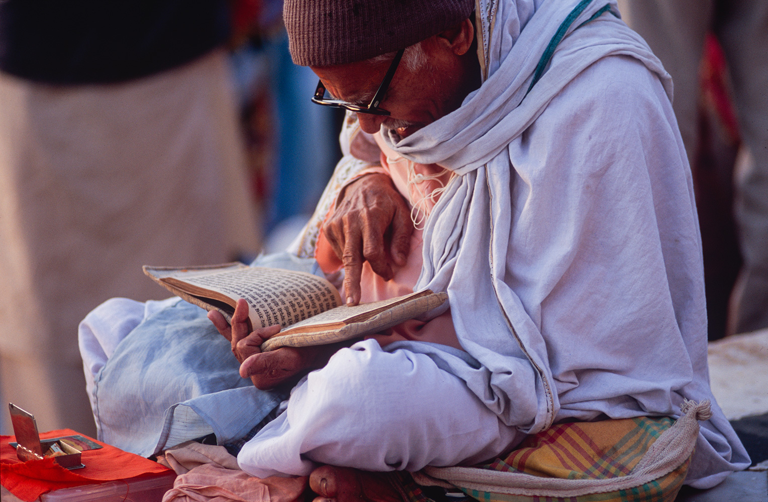 haridwar_man_reading_2004RVP