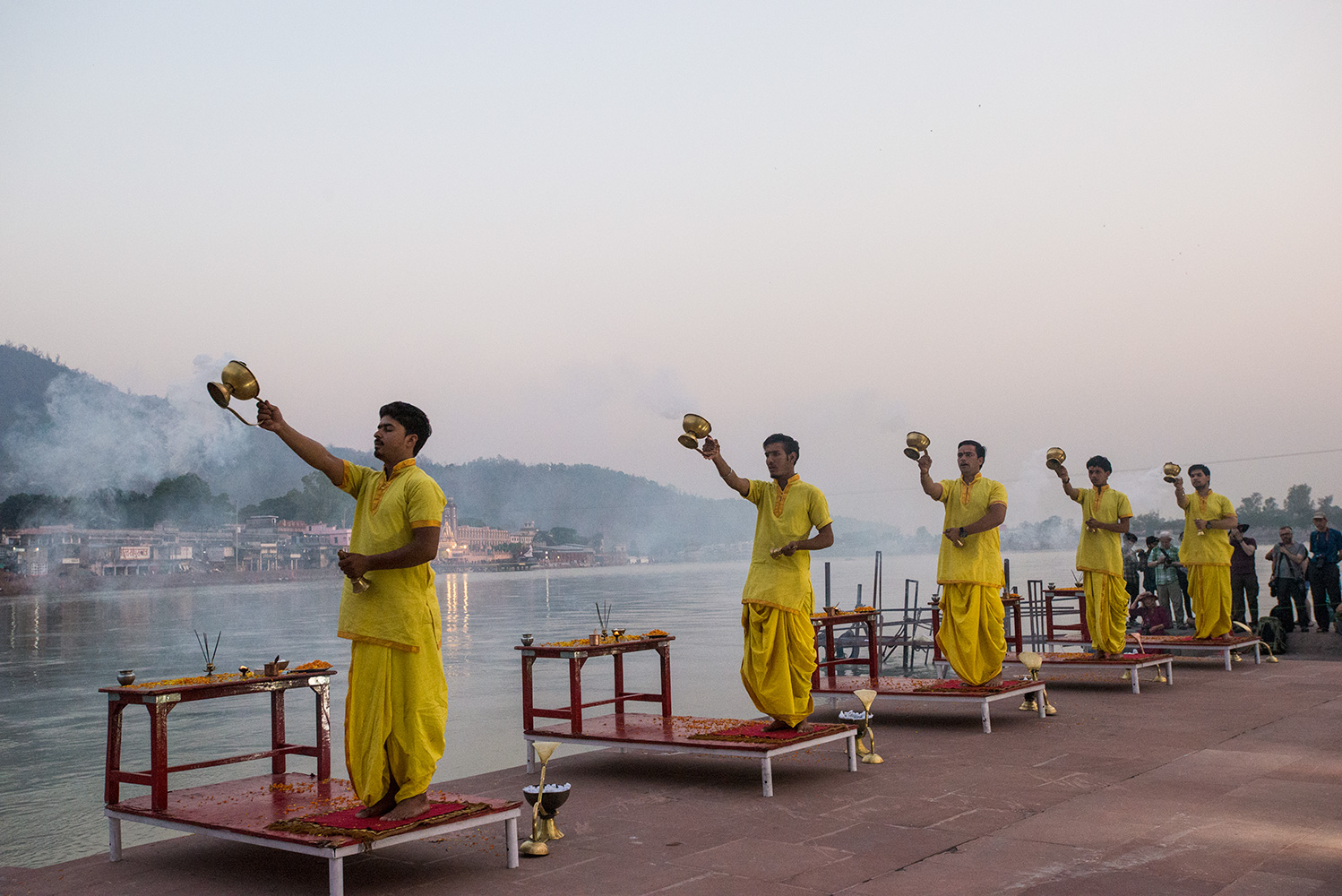 On the opposite bank of the Ganga from the Parmanth Niketan Ashram, this more relaxed and informal aarti ceremony takes place