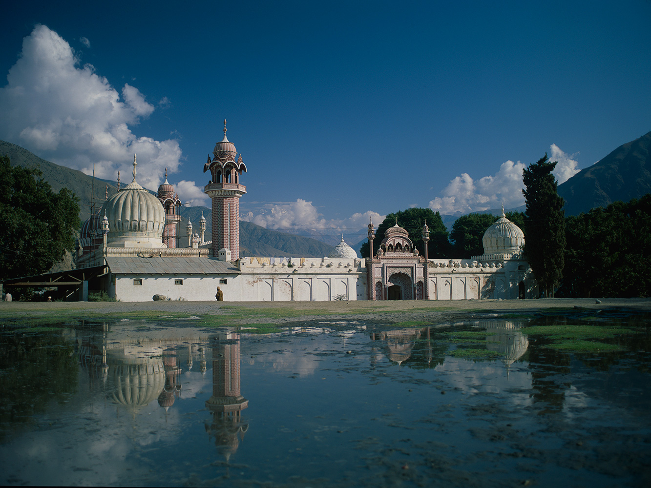 shahi_masjid_chitral_reflected_92RVP