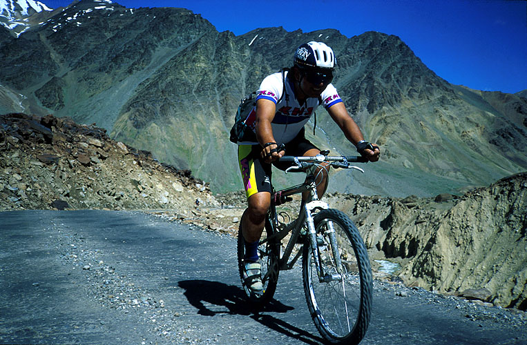 Cranking it out on the long climb up to this 5317m pass on the road between Leh and ManaliCanon EOS 500, 28-80mm, Fuji Velvia