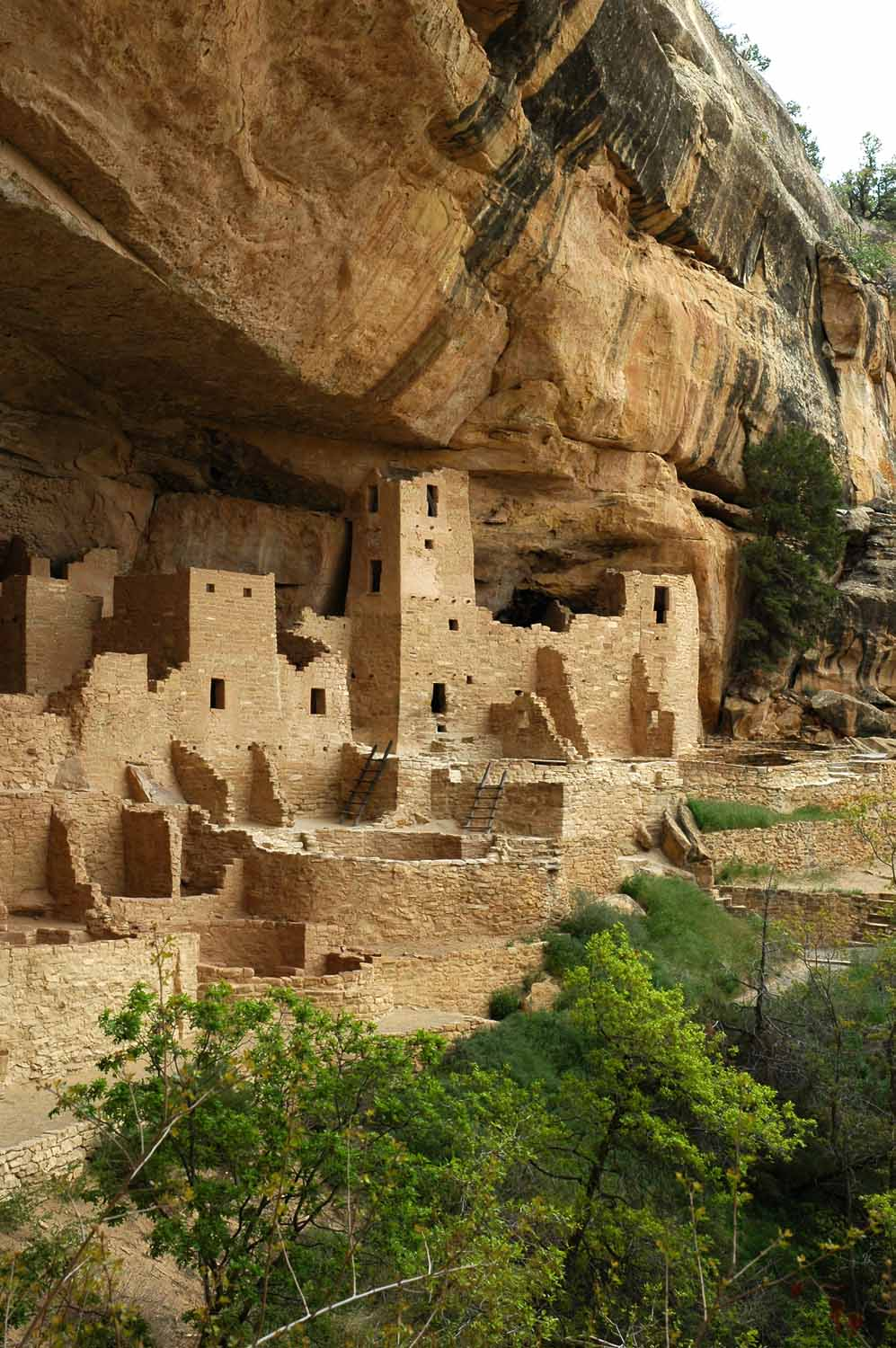 The design draws inspiration from the Anasazi cliff dwellings' typical strategy of backing into a cliff face and gently cupping the sun exposure. The cliff overhang provides shade  in summer and allows sun penetration in winter.