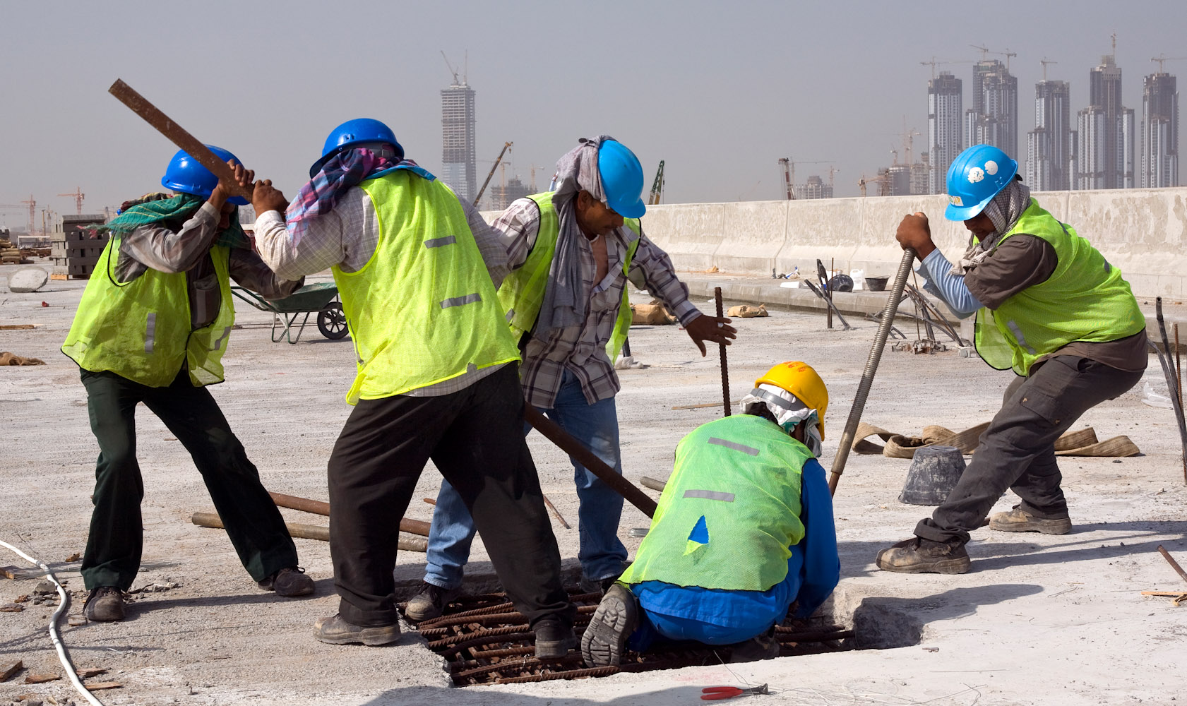 Dubai_construction_workers_02a