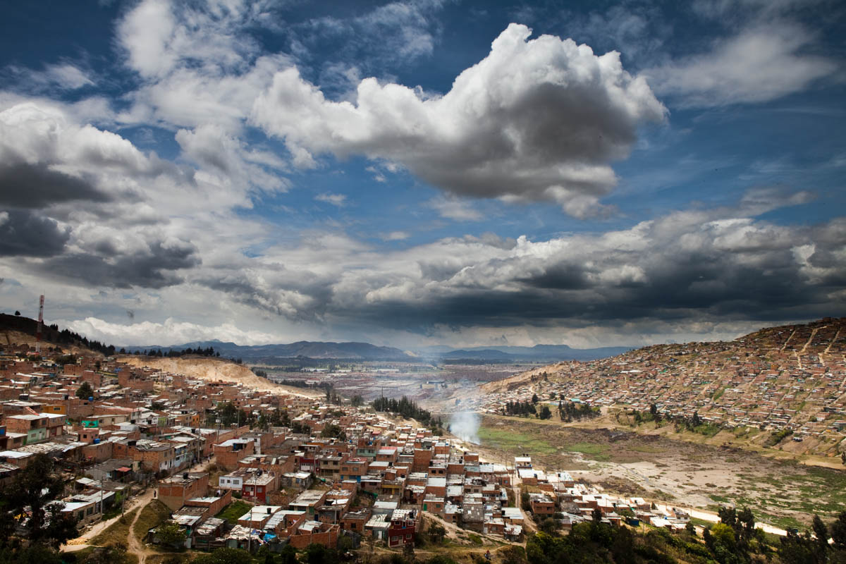 Slums cover the mountainsides south of Bogotá.© Habitat for Humanity International/Ezra Millstein