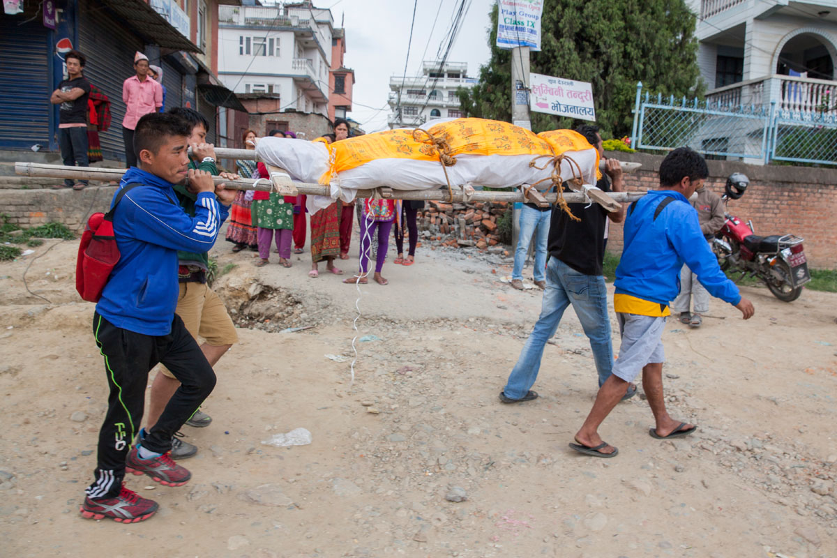 Family members transport the body of a Nepali man, after a recovery team removed him from a collapsed building, two days after a huge 7.8-magnitude earthquake struck Nepal, and was felt as far as India and Pakistan.  © Habitat for Humanity International/Ezra Millstein