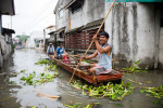 Residents boated down a flooded street in Pila after Typhoon Mirinae made landfall.© Habitat for Humanity International/Ezra Millstein