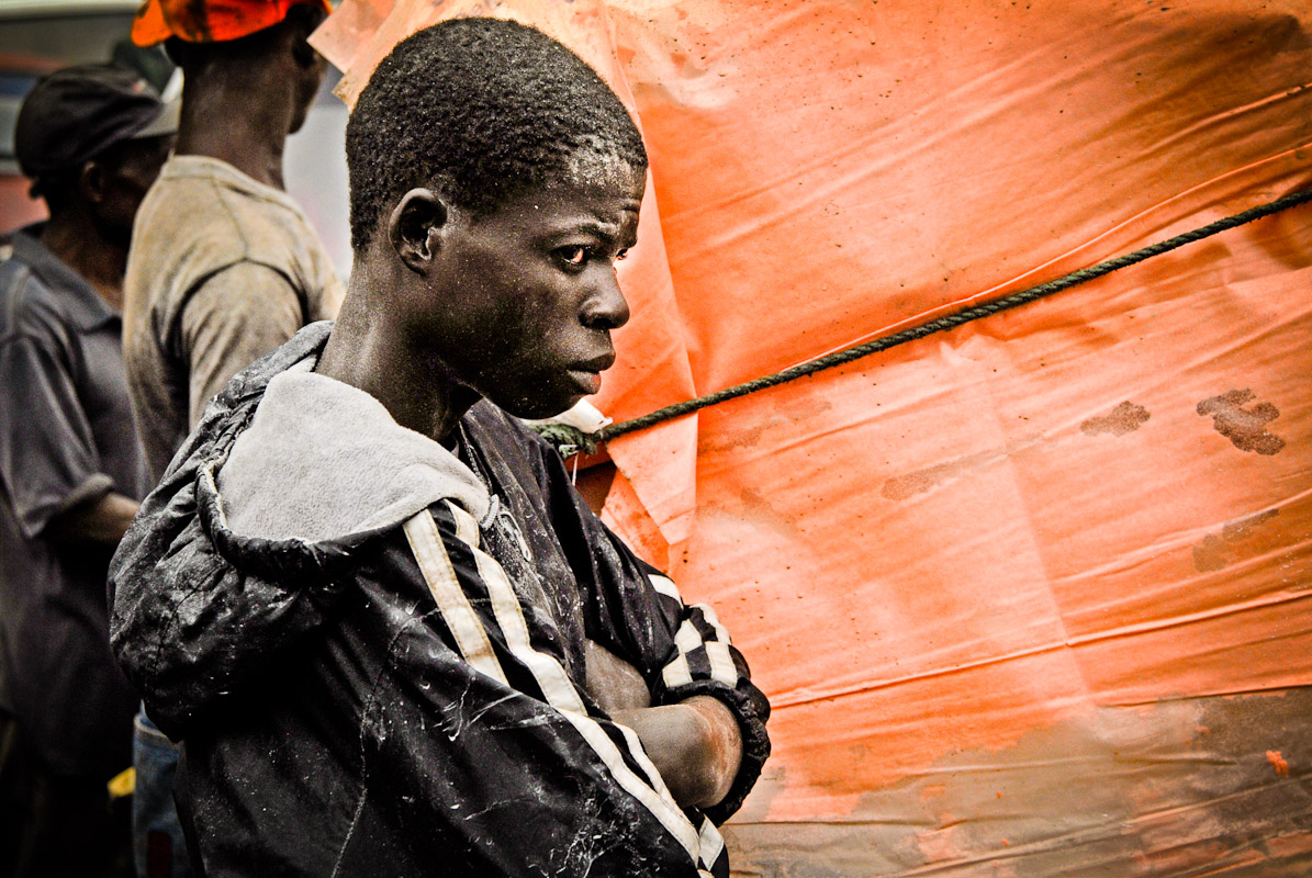 Haitian day laborer in Dajabon waiting to push his cartacross the border into Haiti.