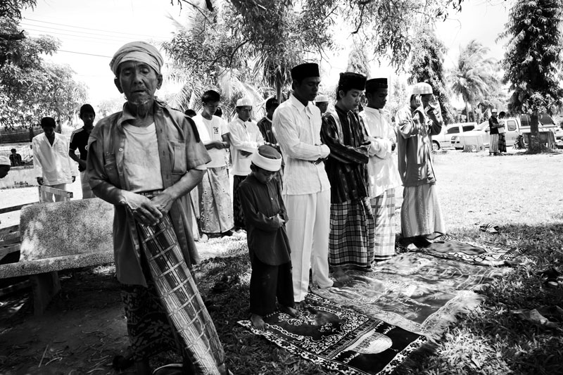 Thai Muslims take noon prayer at the compound of Narathiwat Grand Mosque in South Thailand where the majority is Muslims and they are often in poverty compared to Thai Buddhists. Due to the strong Buddhism identity of Thailand, many southern Muslims feel themselves in limbo and a certain number of the people look for the independence or joining together with Malaysia. Unfortunately the bloody separate insurgency continues. April 11 2008, Narathiwat, Thailand.