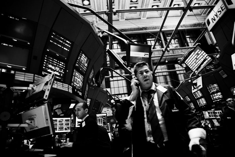 Traders work at the New York Stock Exchange Market, as Wall Street suffers through another extraordinary and traumatic session Monday, following the sharp drop of the Asian markets. The Dow Jones industrials plunged as much as 800 points -- their largest one-day point drop -- before recovering to close with a loss of 370, resulting in the Dow below 10,000 for the first time in four years, despite the US and other states' government efforts to contain the fast-spreading financial crisis. New York, Oct 06 2008.