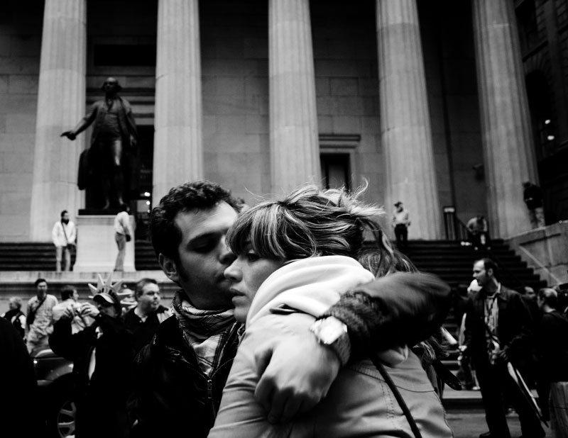 In front of the the New York Stock Exchange Market, a couple hug, as Wall Street suffers through another extraordinary and traumatic session Monday, and people of the Main Street also start to worry about the impact. The Dow Jones industrials plunged as much as 800 points -- their largest one-day point drop -- before recovering to close with a loss of 370, resulting in the Dow below 10,000 for the first time in four years, despite the US and other states' government efforts to contain the fast-spreading financial crisis. New York, Oct 06 2008.