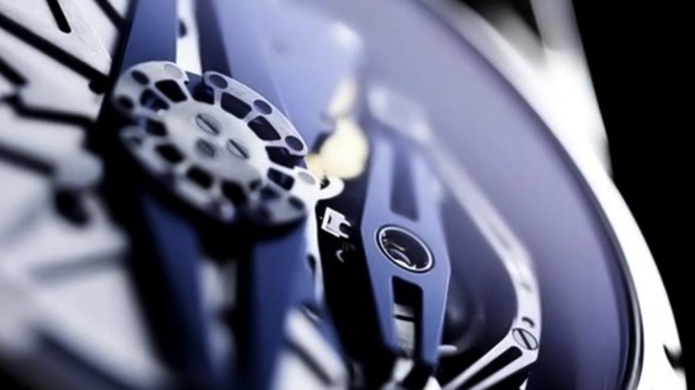 Film réalisé pour De Bethune. Il met en scène la DB25QP en mettant magnifiquement en lumière le cadran et le dos de la montre dans des plans très rapprochés.