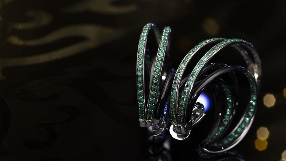 Cette vidéo permet de voir chaque bijou sous des angles novateurs, de manière à faire ressortir la beauté et la brillance des pierres.