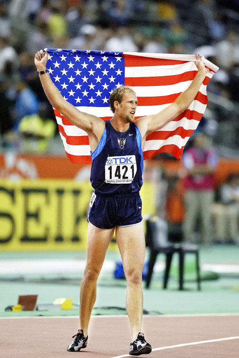 USA's Tom Pappas victorious with the flag after 1500M competition of the decathlon at the 2003 World Track and Field Championships in Paris.