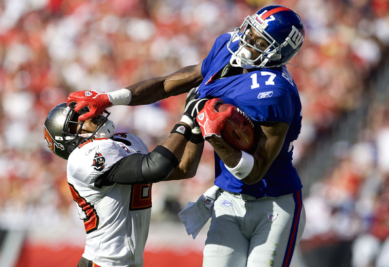 New York Giants Plaxico Burress (17) stiff arms Tampa Bay Buccaneers Ronde Barber