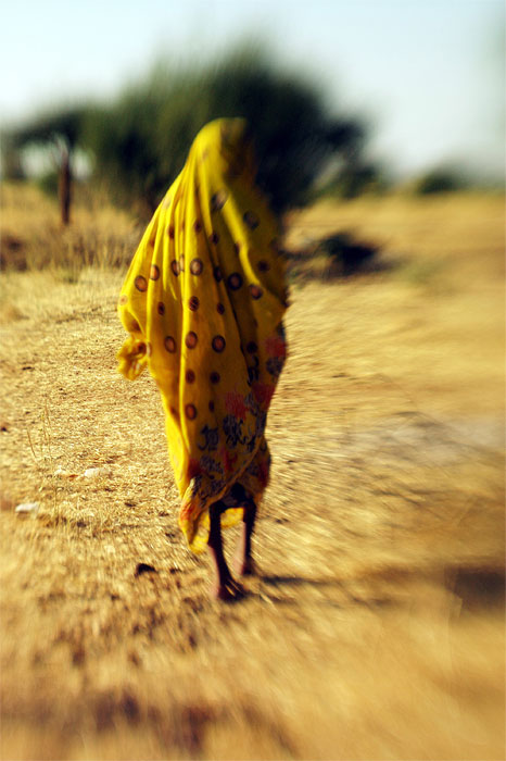 A woman walks through an area outside of Kabkabiya village, a central crossing point for nomads, in North Darfur, October 24, 2005.  The Arab Nomads, often grouped in their entirety with Darfur's Janjaweed by association, are are often unfairly blamed for the region's violence.