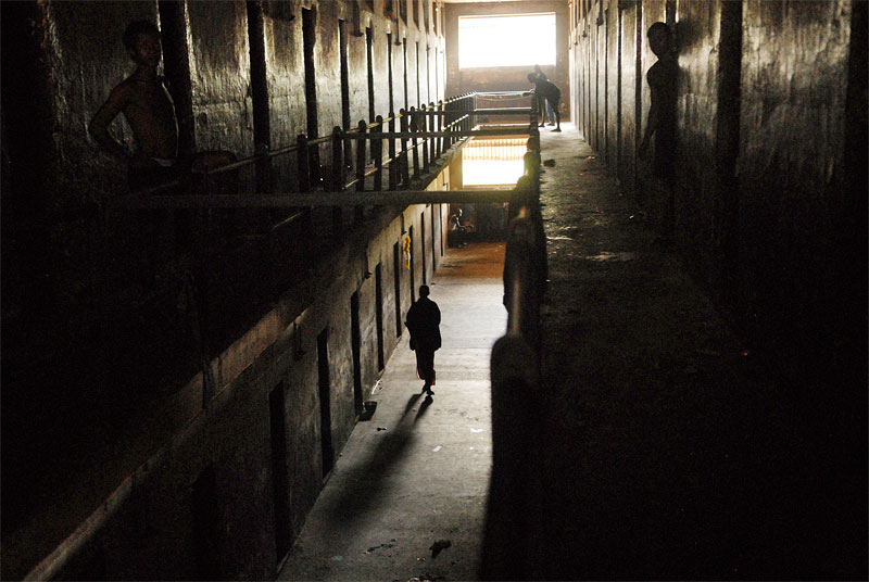 Prisoners linger in the halls of one of the sections of the Pedemba Road Prison in Freetown, Sierra Leone, November 23, 2006.  Dozens of suspected juveniles are mixed with adult prisoners in prisons throughout Africa, but because of a lack of birth certificates, it is difficult for officials to ascertain who are juveniles, and who are adults.