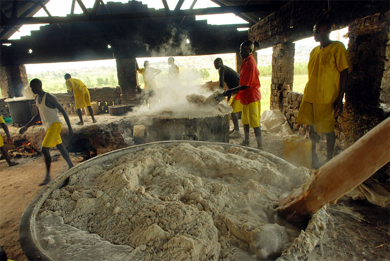 Prisoners prepare a meal in the kitchen of Murchison Bay Prison in Kampala, Uganda, November 18, 2006.  Dozens of suspected juveniles are mixed with adult prisoners in prisons throughout Africa, but because of a lack of birth certificates, it is difficult for officials to ascertain who are juveniles, and because of a lack of resources, it is difficult to provide separate facilities for minors from adults.