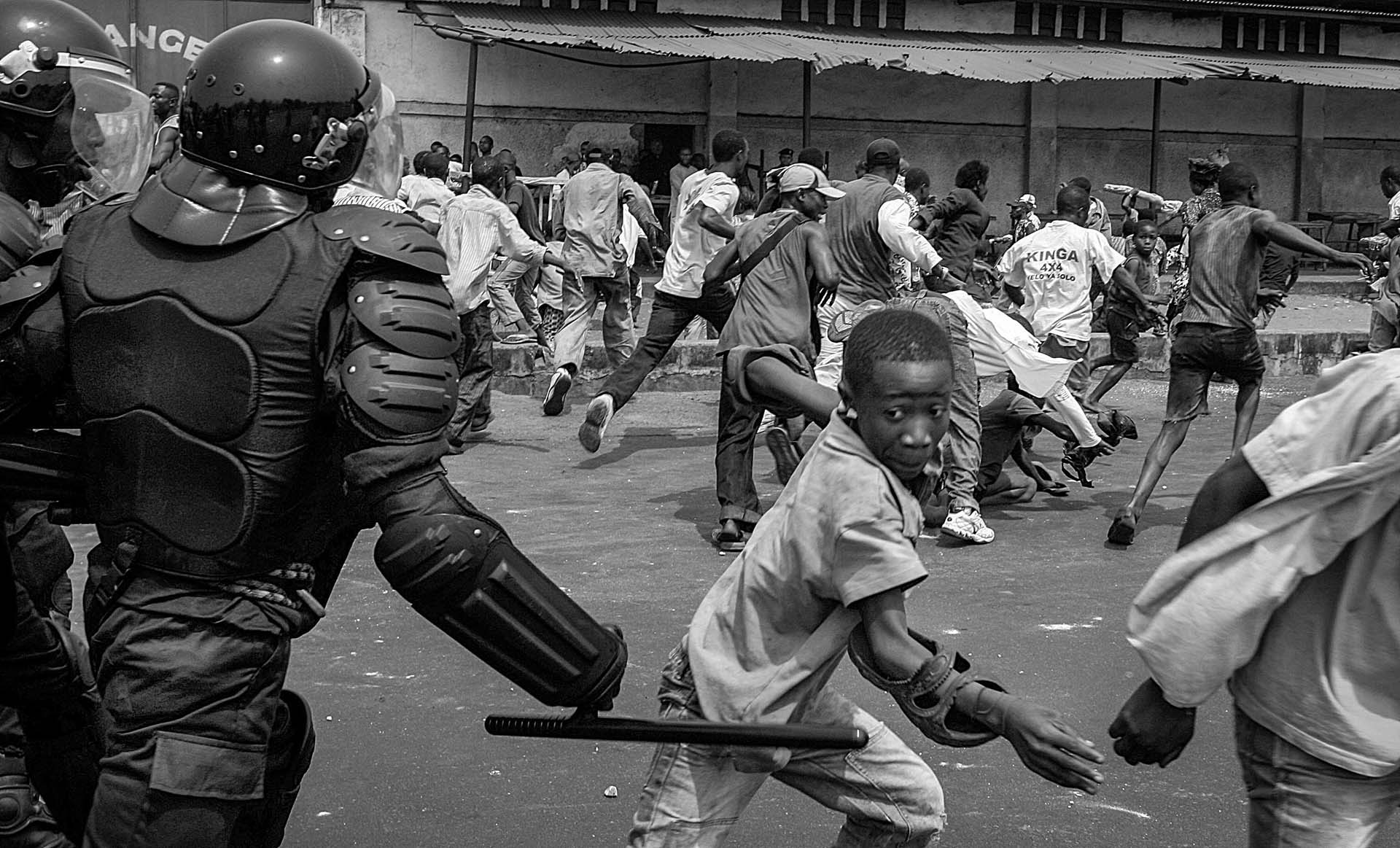 Riot police advance to UDPS protesters in Kinshasa.