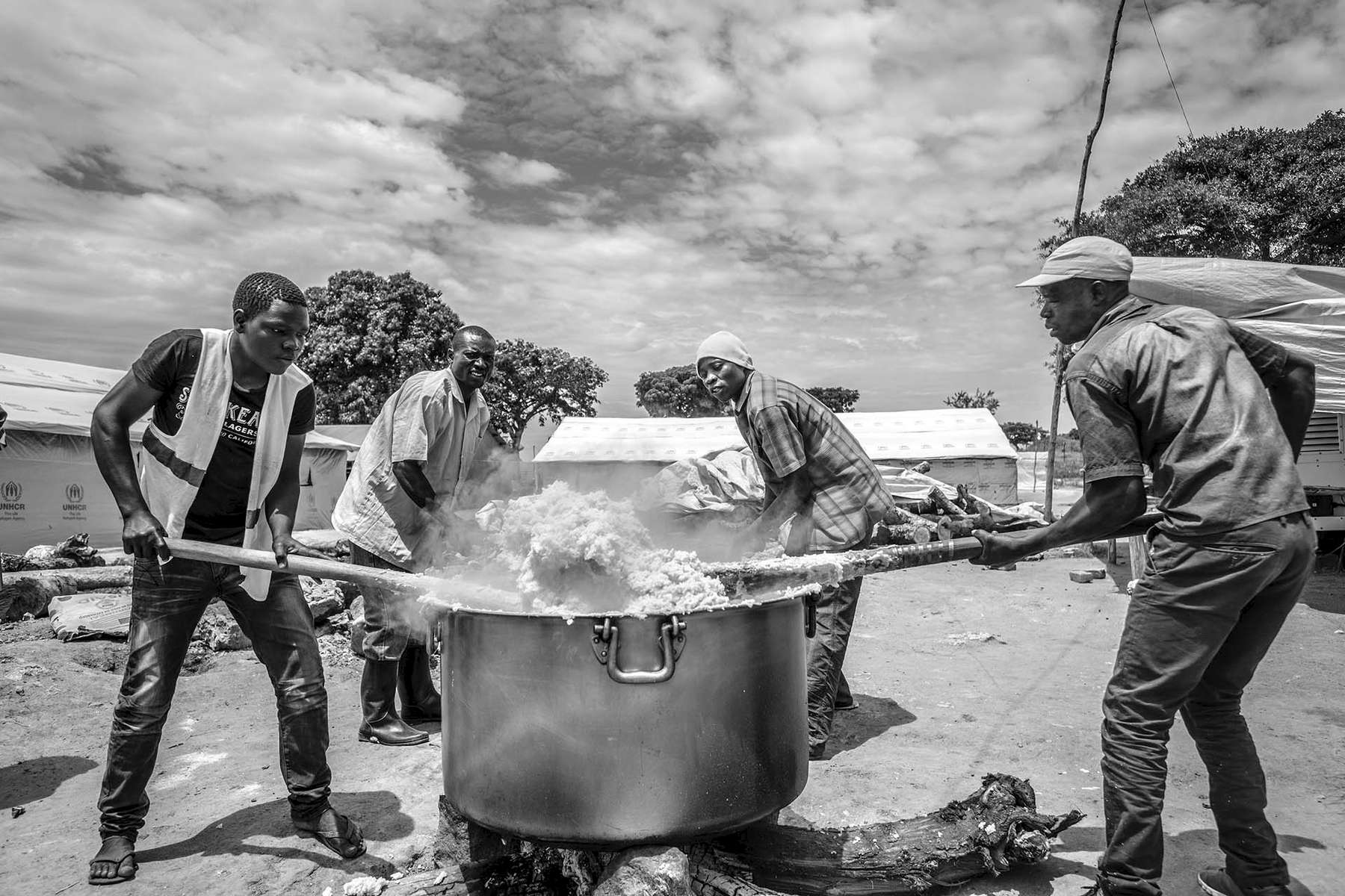 Hot corn meal is being prepared for the recently arrived South Sudanese refugees at Kuluba collection point in Koboko district in Northern Uganda near South Sudan 1 May, 2017. © Jiro Ose