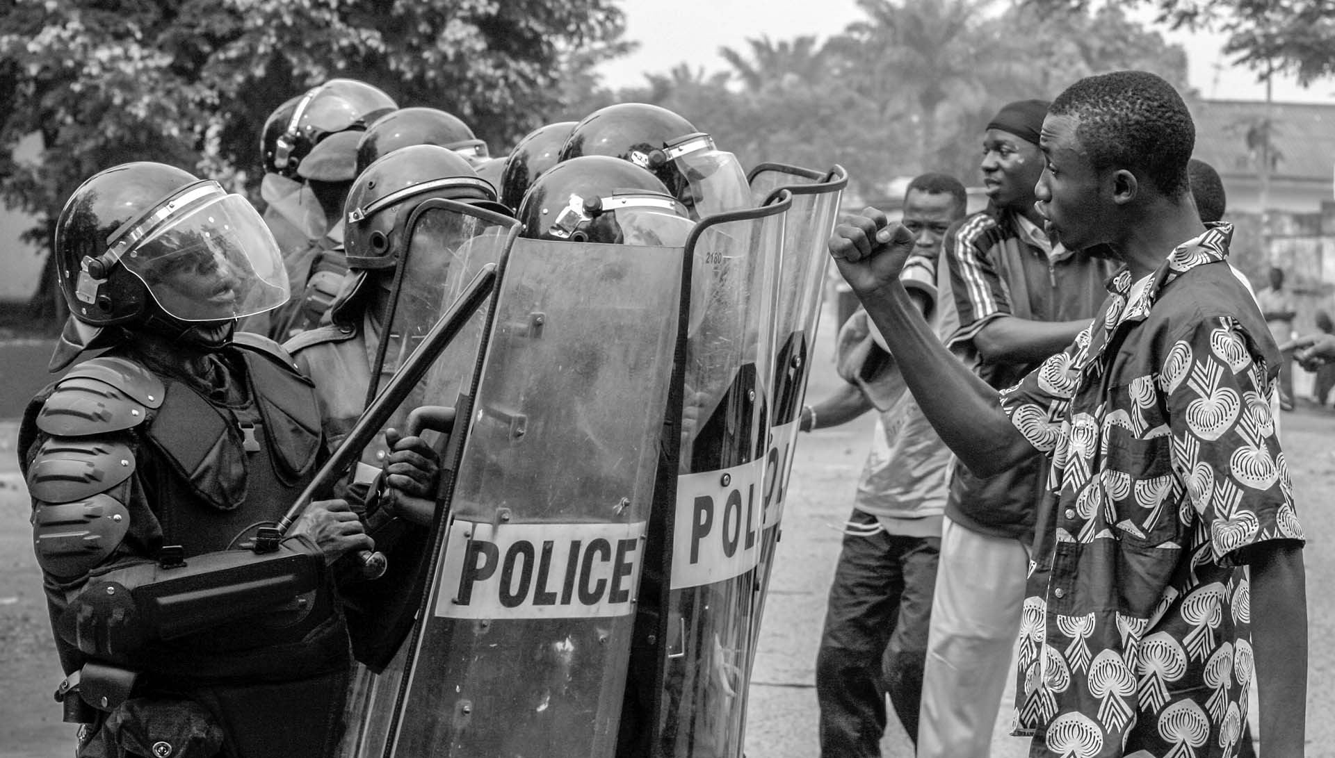 Supporters of UDPS, Congo's main opposition party which boycotted the upcoming Presidential and National election, confront riot police on the street of Kinshasa June 30, 2006, the nation's independence day.