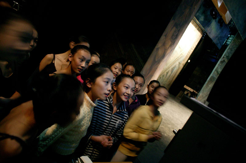 Chinese ballet students watch the renowned Teatro alla Scala Ballet warming-up for rehearsals in Beijing, November 8, 2006, China.