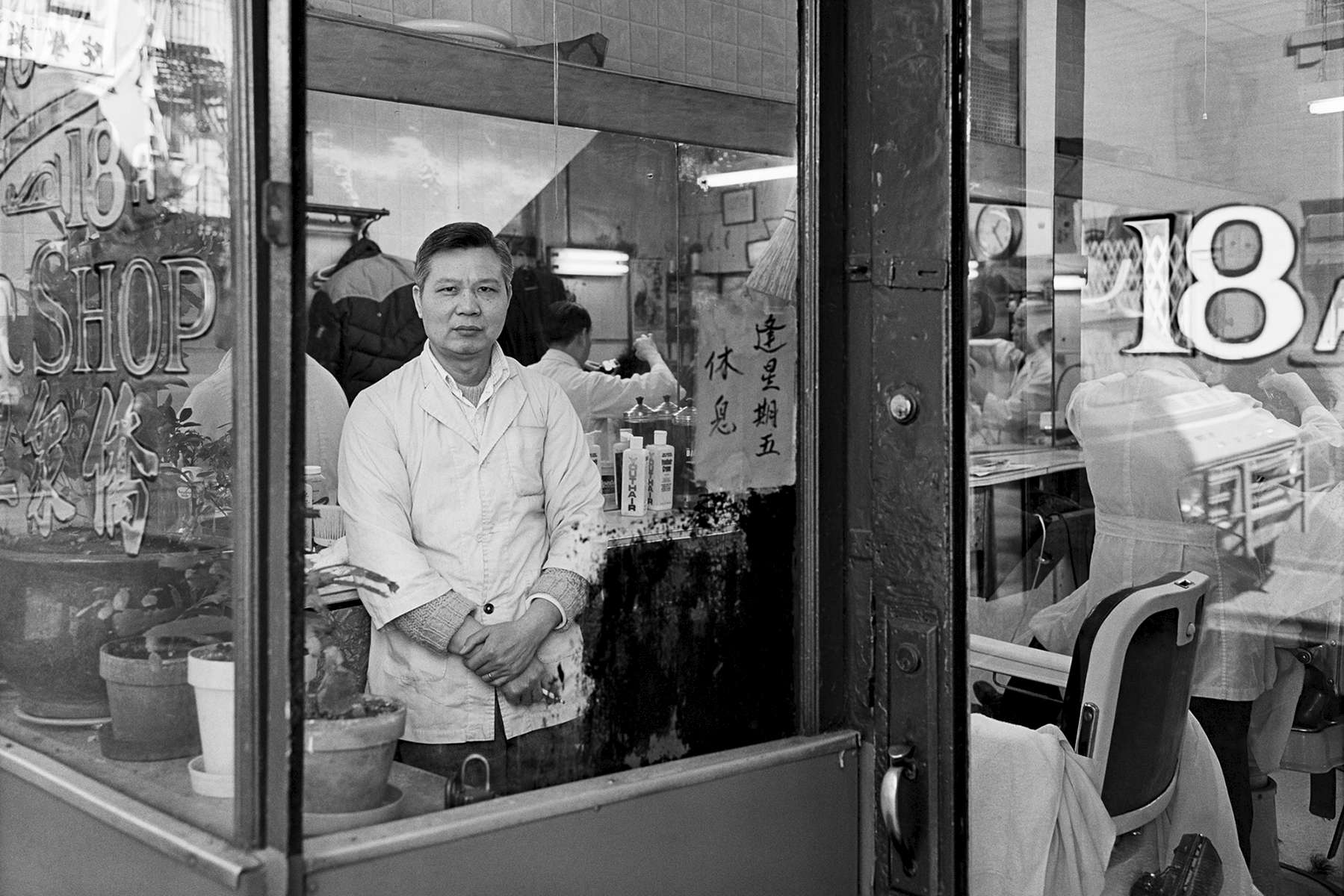 Kue Jong Barbershop, 18A Doyers St., 1981.