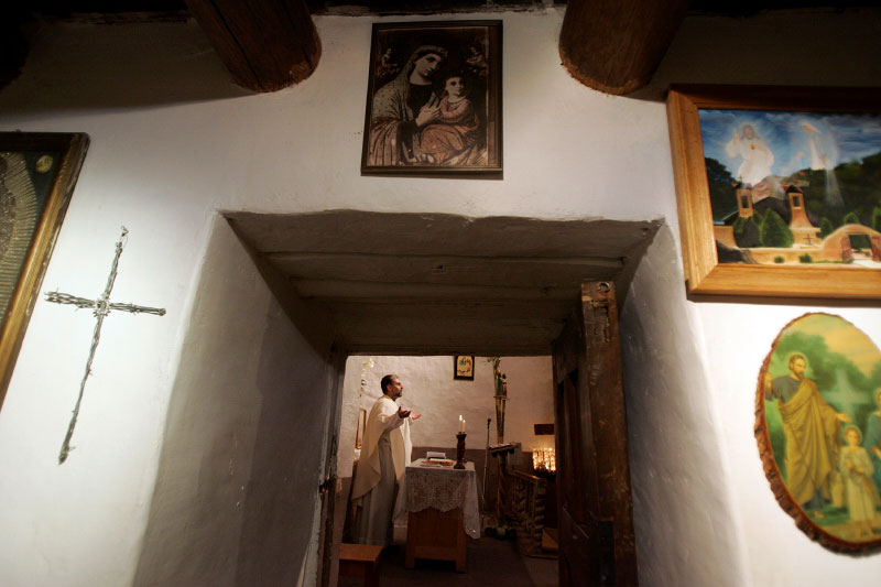 Father Julio Gonzalez leads the Easter Mass at El Santuario de Chimayo in Chimayo, New Mexico April 8, 2007.