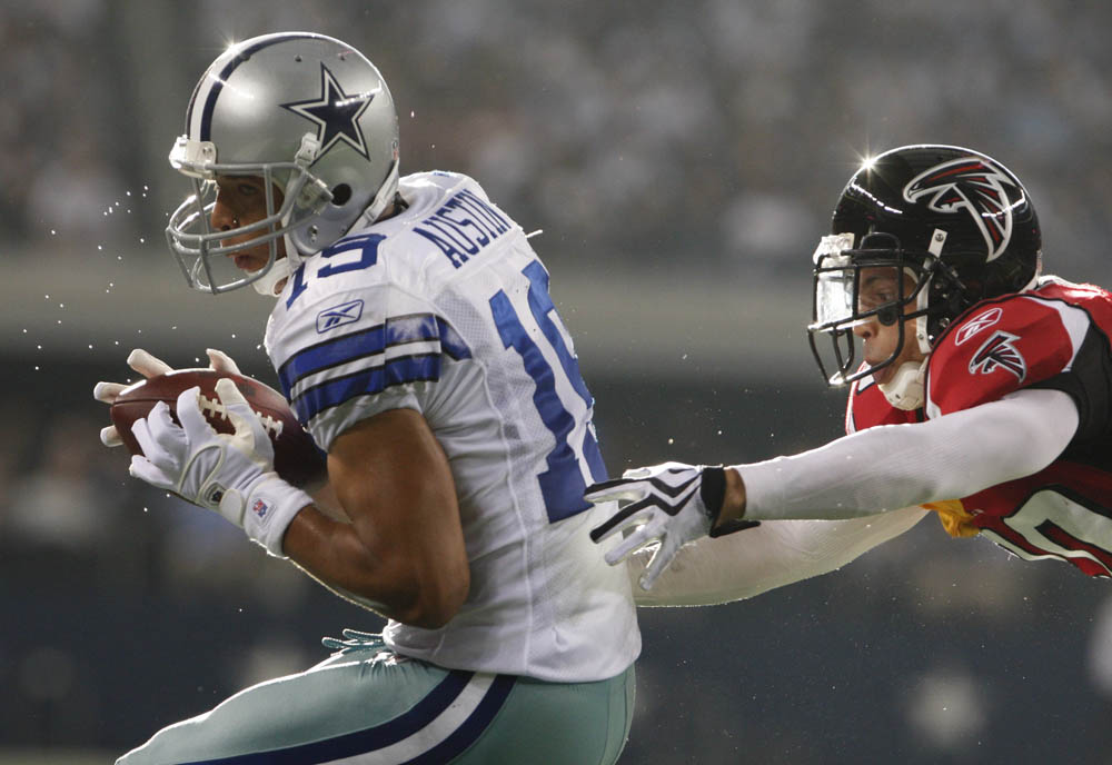 Dallas Cowboys wide receiver Miles Austin (L) runs in for a touchdown against Atlanta Falcons cornerback Brent Grimes (R) during the second half of their NFL football game in Arlington, Texas October 25, 2009.