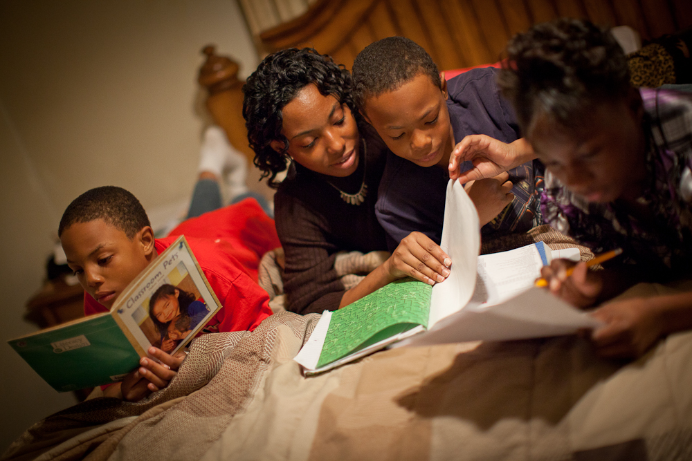 WRF_Monday_0996.CR2 -- Photos taken Monday, December 7, 2009 for the Winthrop Rockefeller Foundation in Little Rock, Ark. Pictured is DeLisa Shaw and her three children at their Little Rock, Ark. home doing homework. Photo by JASON E. MICZEK - www.miczekphoto.com