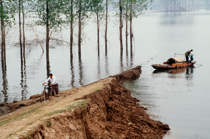 China_flood_broken-dike_2