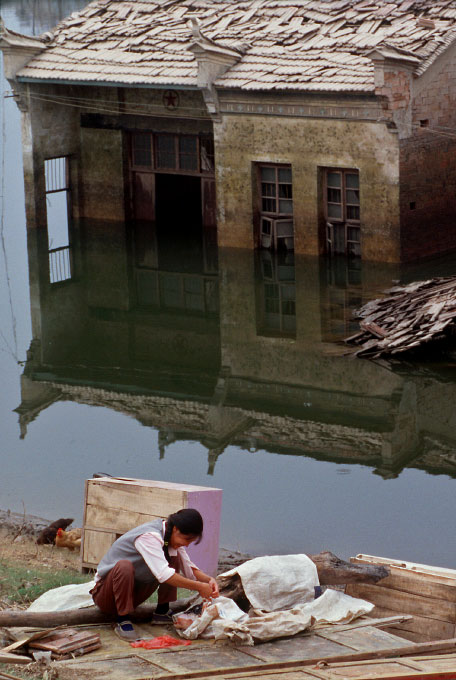 China_flood_woman_sewing