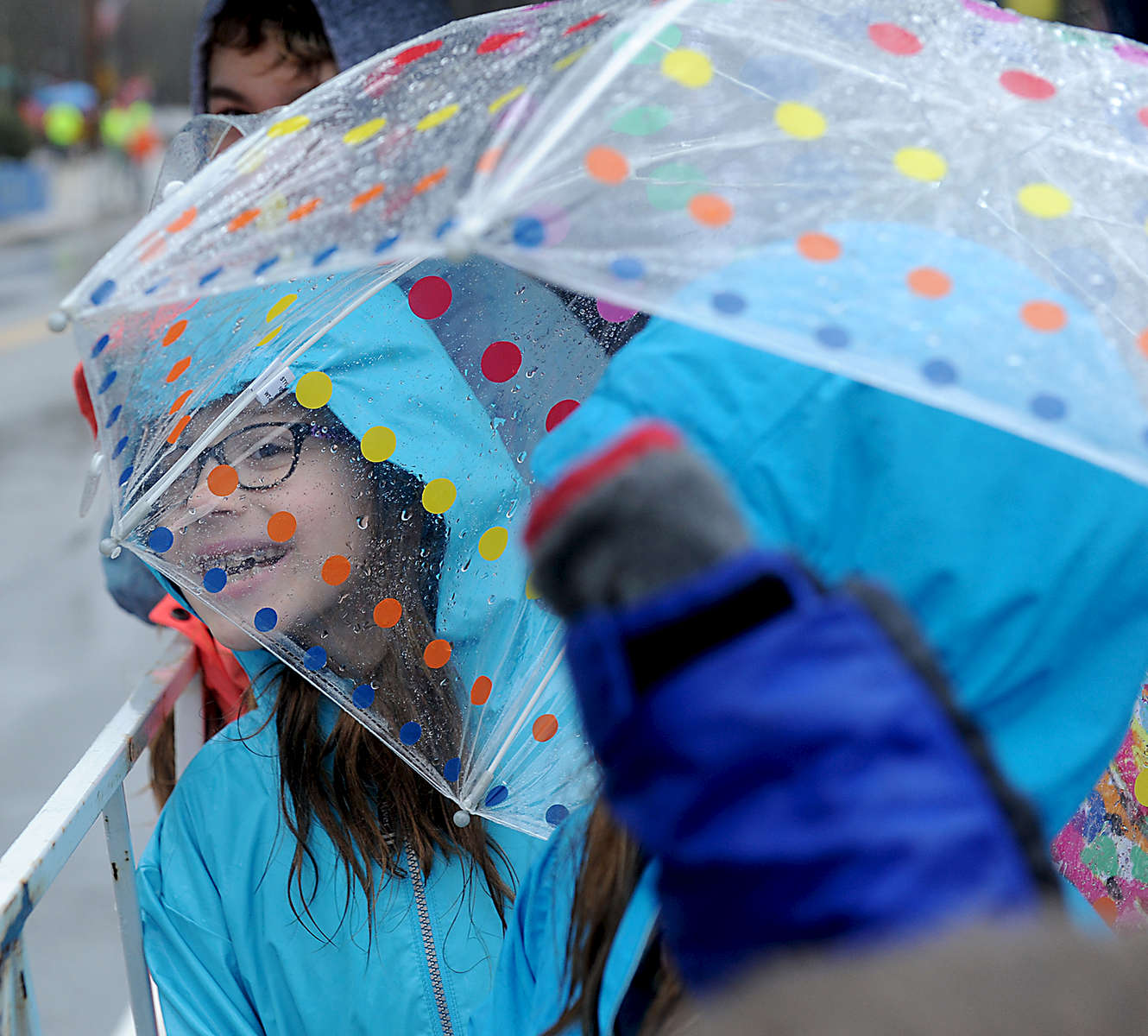 4/16/18-- HOPKINTON--  Kiera Pritchard, 8, of Hopkinton, cheers on runners at the start of the 2018 Boston Marathon. [Daily News and Wicked Local Staff Photo/Art Illman]