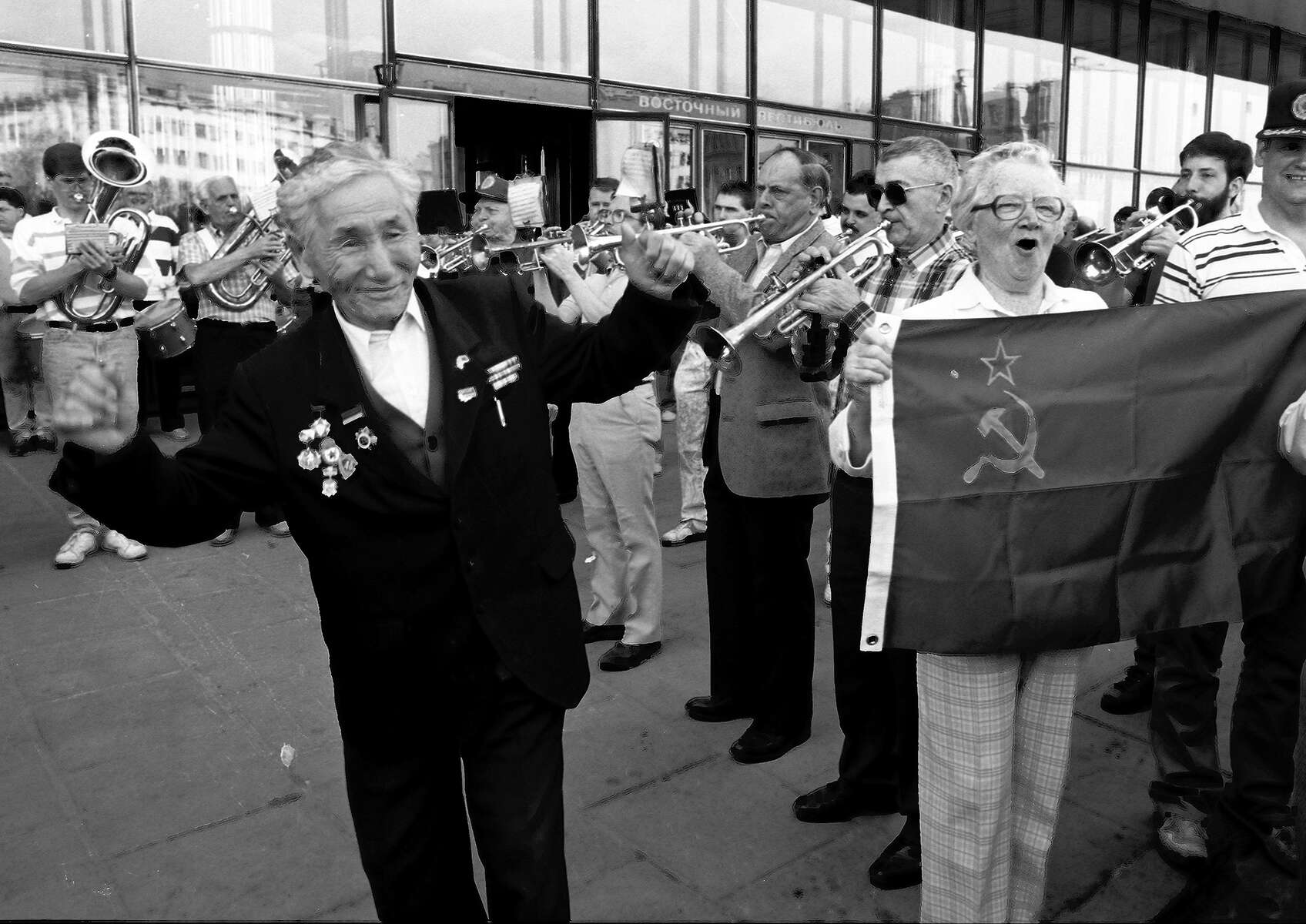 dancingmandotholdingrussianflag