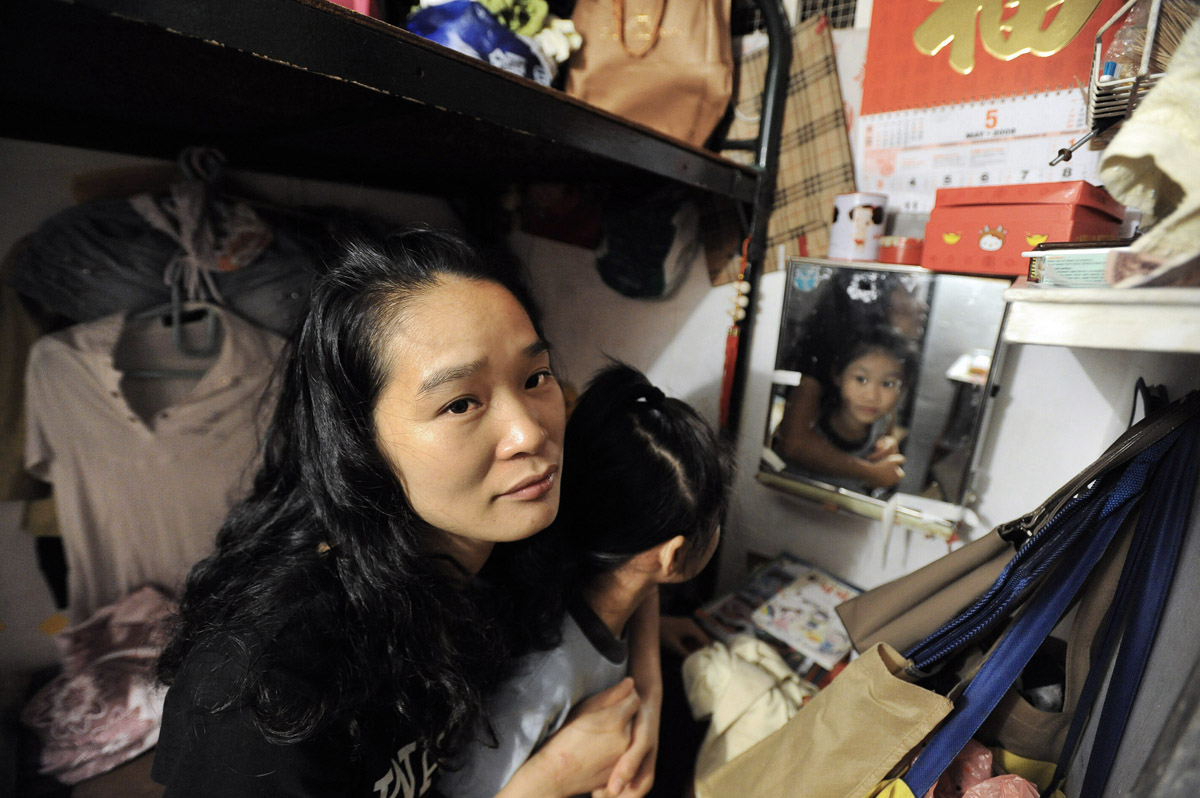 Ka Ying, 8 and mum in 'Cubicle Home' © Brian Cassey