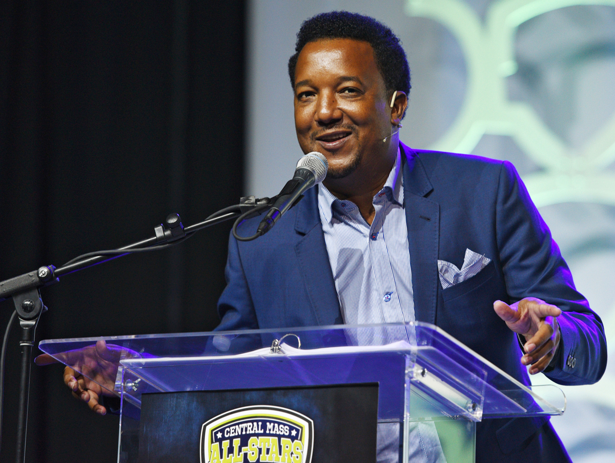 MLB Hall of Famer Pedro Martinez greets the audience during the Best of Hometeam All-Star banquet at the DCU Center in Worcester. © Christine Hochkeppel