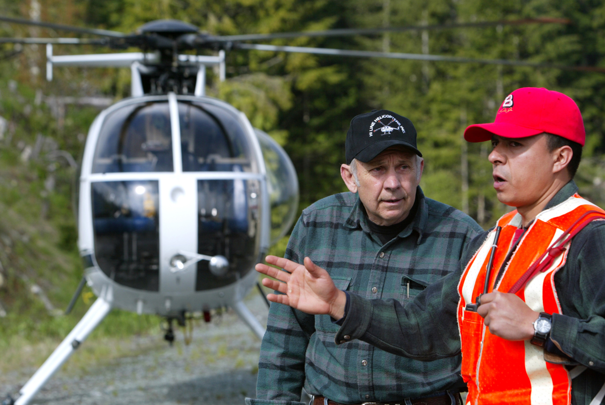 Tony Reece of Hi Line Helicopters speak with bolt cutter Jose Acuna prior to a job in the foothills of North Cascades outside of Concrete, Wash. on May 22, 2007.  (© copyright Karen Ducey)