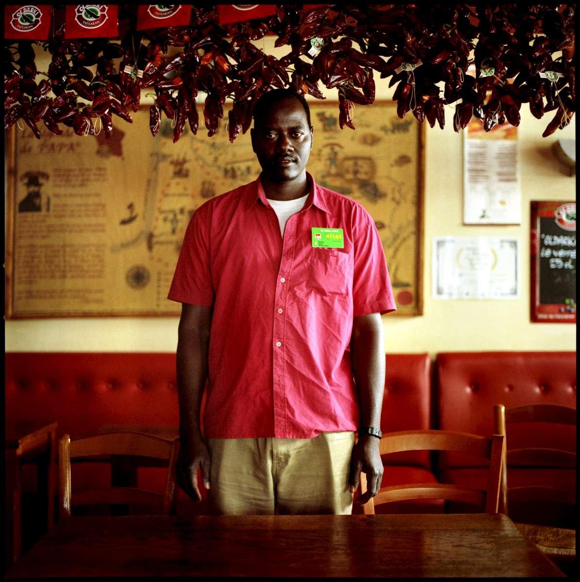 Kamara, employé sans papiers du restaurant CHEZ PAPA, est en grève et en attente de régularisation. A la date du 30 mai 2008, 23 des 39 travailleurs sans papiers de cette enseigne avaient déjà été régularisés. Ils occupent le restaurant CHEZ PAPA situé rue Lafayette à Paris depuis le 15 avril 2008.