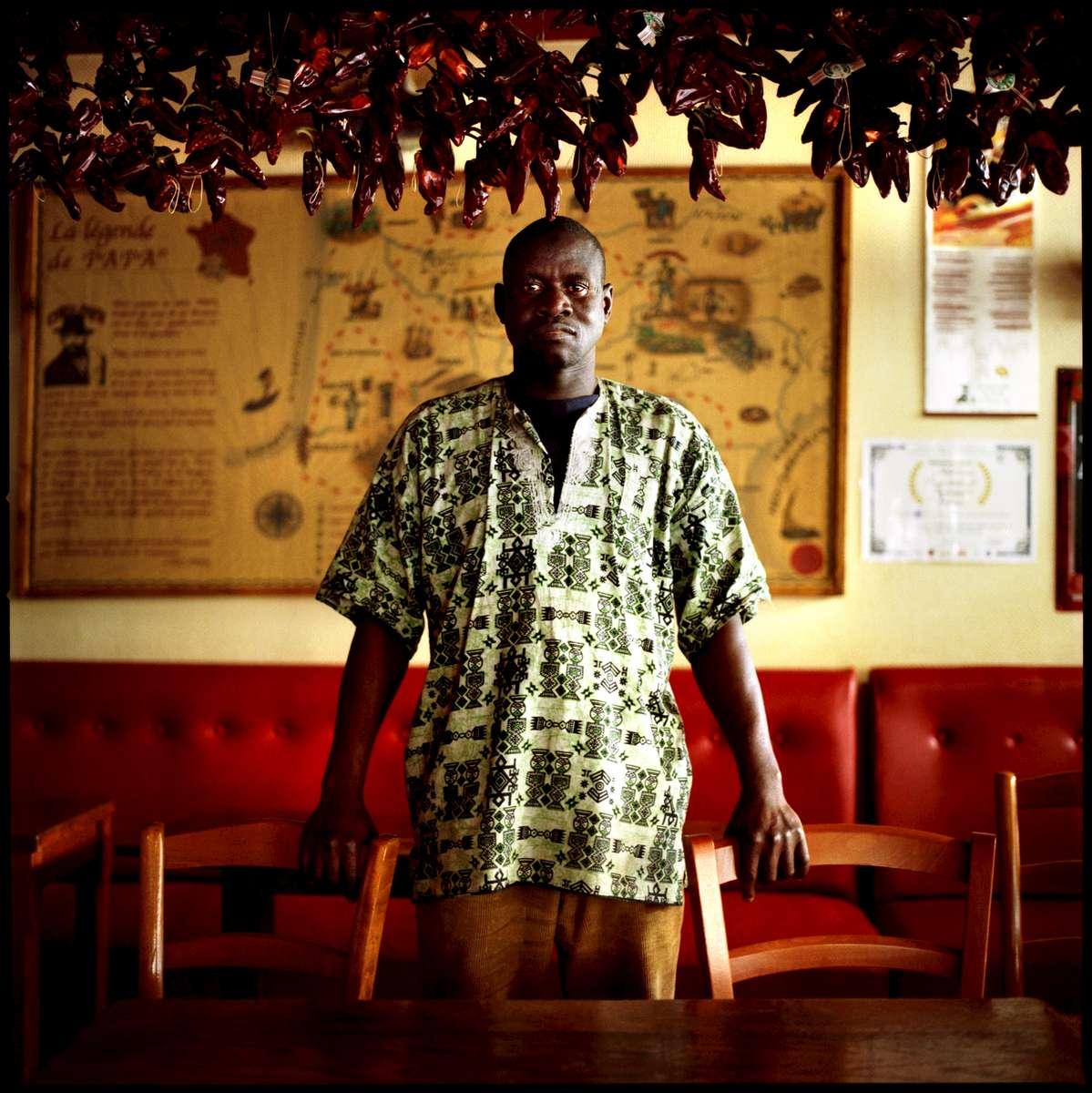 Philippe, employé sans papiers du restaurant CHEZ PAPA, est en grève et en attente de régularisation. A la date du 30 mai 2008, 23 des 39 travailleurs sans papiers de cette enseigne avaient déjà été régularisés. Ils occupent le restaurant CHEZ PAPA situé rue Lafayette à Paris depuis le 15 avril 2008.