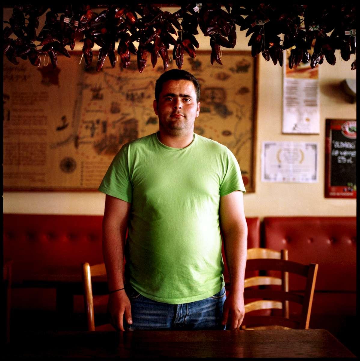 Mahdi, employé sans papiers du restaurant CHEZ PAPA, est en grève et en attente de régularisation. A la date du 30 mai 2008, 23 des 39 travailleurs sans papiers de cette enseigne avaient déjà été régularisés. Ils occupent le restaurant CHEZ PAPA situé rue Lafayette à Paris depuis le 15 avril 2008.