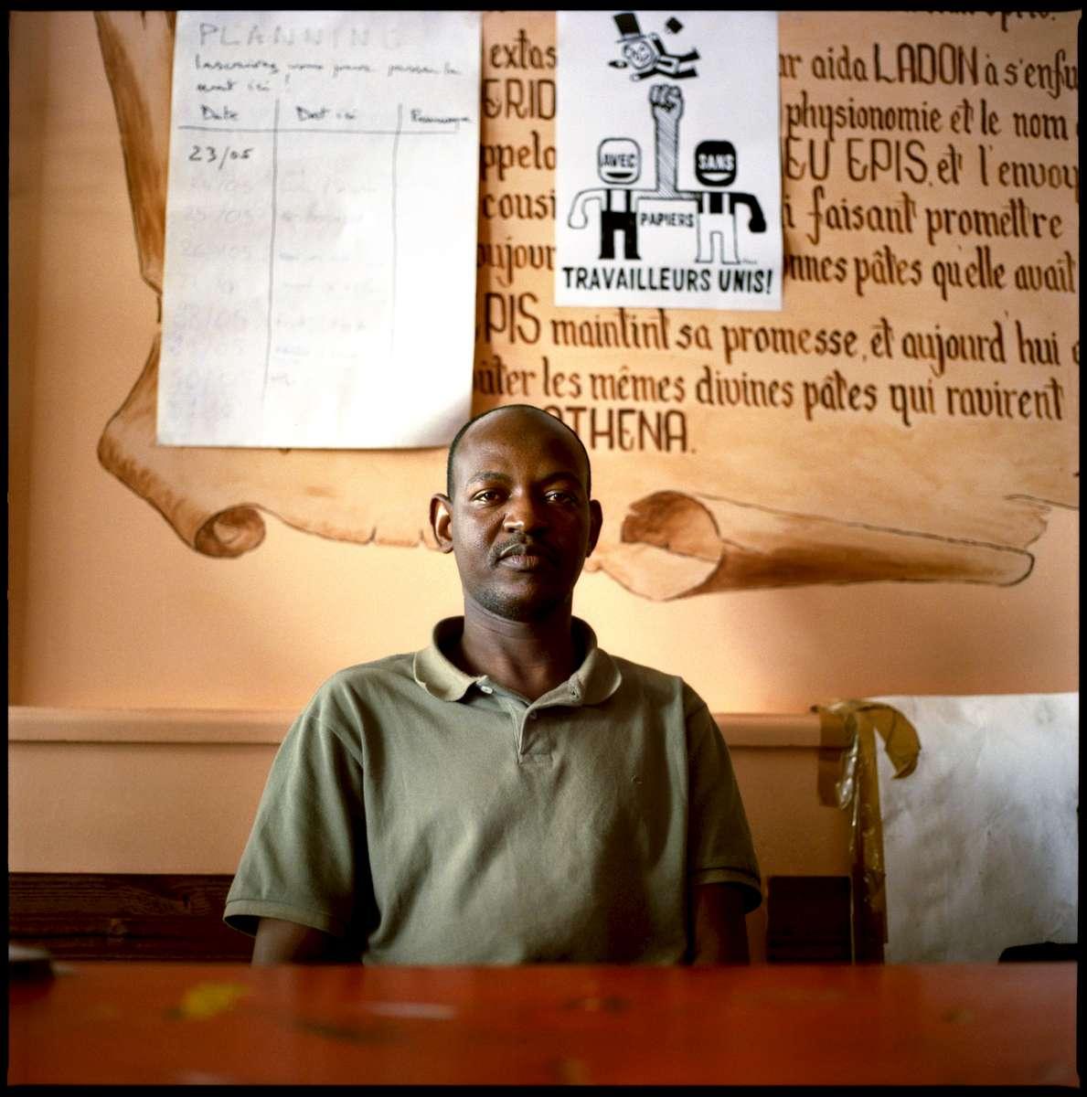 Yahya est Mauritanien et est arrivé en France en 2002. En grêve depuis le 19 Mai 2008, il travaille dans l'un des restaurants du groupe PASTAPAPA. Il occupe avec 7 autres grévistes, et quelques soutiens, le restaurant PASTAPAPA de la rue Jean Mermoz à Paris.