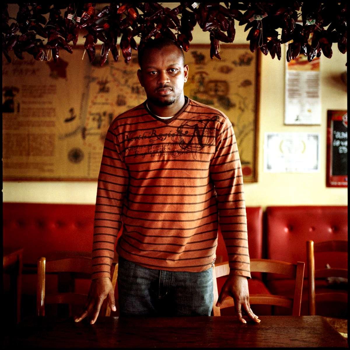 Issaga, employé sans papiers du restaurant CHEZ PAPA, est en grève et en attente de régularisation. A la date du 30 mai 2008, 23 des 39 travailleurs sans papiers de cette enseigne avaient déjà été régularisés. Ils occupent le restaurant CHEZ PAPA situé rue Lafayette à Paris depuis le 15 avril 2008.