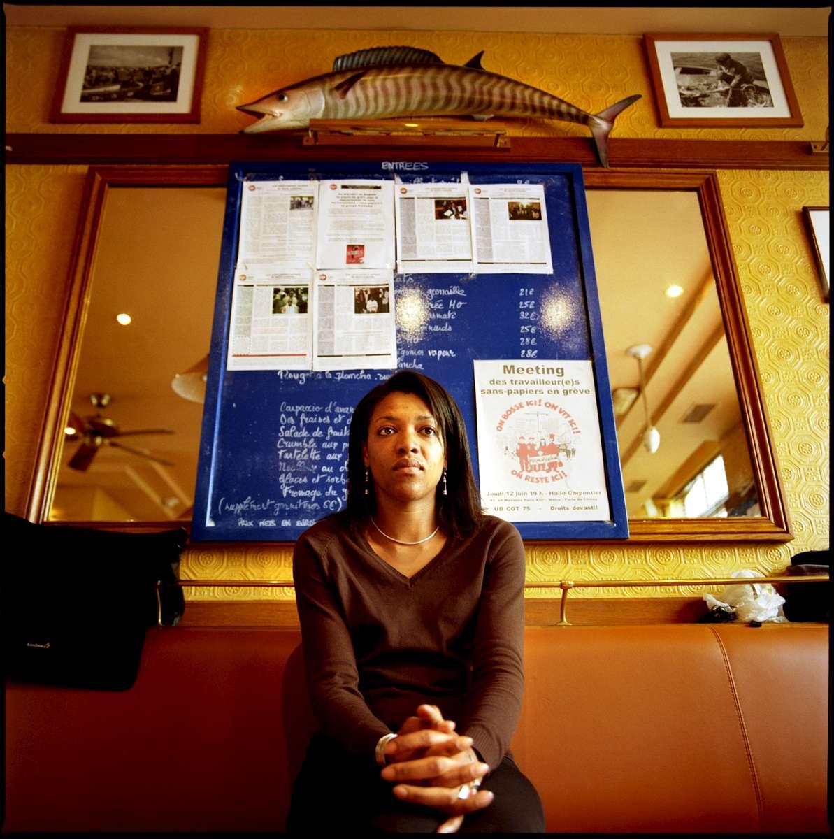 Catherine est Camerounaise mais est née en France. Après quelques années passées ici, ses parents retournent vivre au Cameroun alors qu'elle n'a que douze ans. Elle reviendra en France en 2000. La loi ayant changée entre temps, et n'ayant pas fait de demande avant sa majorité, elle n'a pas la nationalité Française. Née en France, elle est malgré tout sans papiers, en grève avec ses collègues des restaurants Marius et Janette de Paris, et demande sa régularisation.
