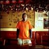 Sikhoc, employé sans papiers du restaurant CHEZ PAPA, est en grève et en attente de régularisation. A la date du 30 mai 2008, 23 des 39 travailleurs sans papiers de cette enseigne avaient déjà été régularisés. Ils occupent le restaurant CHEZ PAPA situé rue Lafayette à Paris depuis le 15 avril 2008.