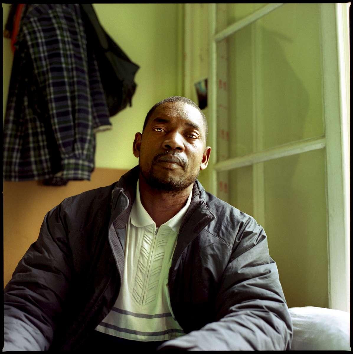 Mamadou est Malien. Il est arrivé en France en 2003. Il souhaite être régularisé pour en finir avec les patrons qui le sur-exploite, parfois même sans le payer.