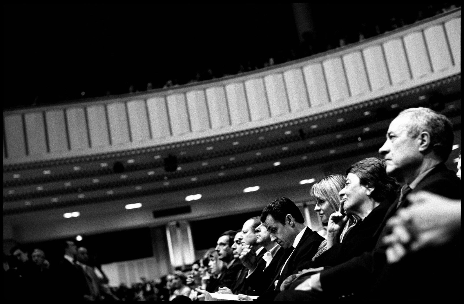 Nicolas Sarkozy entouré des ses lieutenants et de proches de l'UMP comme Jean Tibéri à la Mutualité de Paris le 6 avril 2007, lors d'un meeting sur le thème {quote}les Femmes et de l'égalité de chances{quote}.