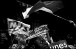 Militants Socialistes et supporters de Ségolène Royal, après les résultats du premier tours de l'élection présidentielle le 22 avril 2007 devant le siège du PS, rue de Soférino à Paris.